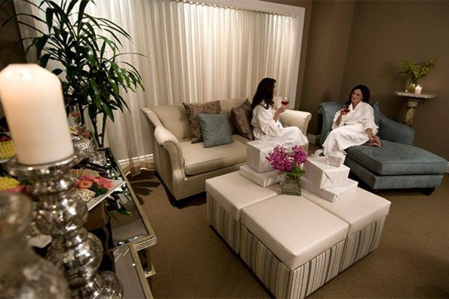 Lounge area for relaxing with bride and bridesmaid at Well spa Pfister